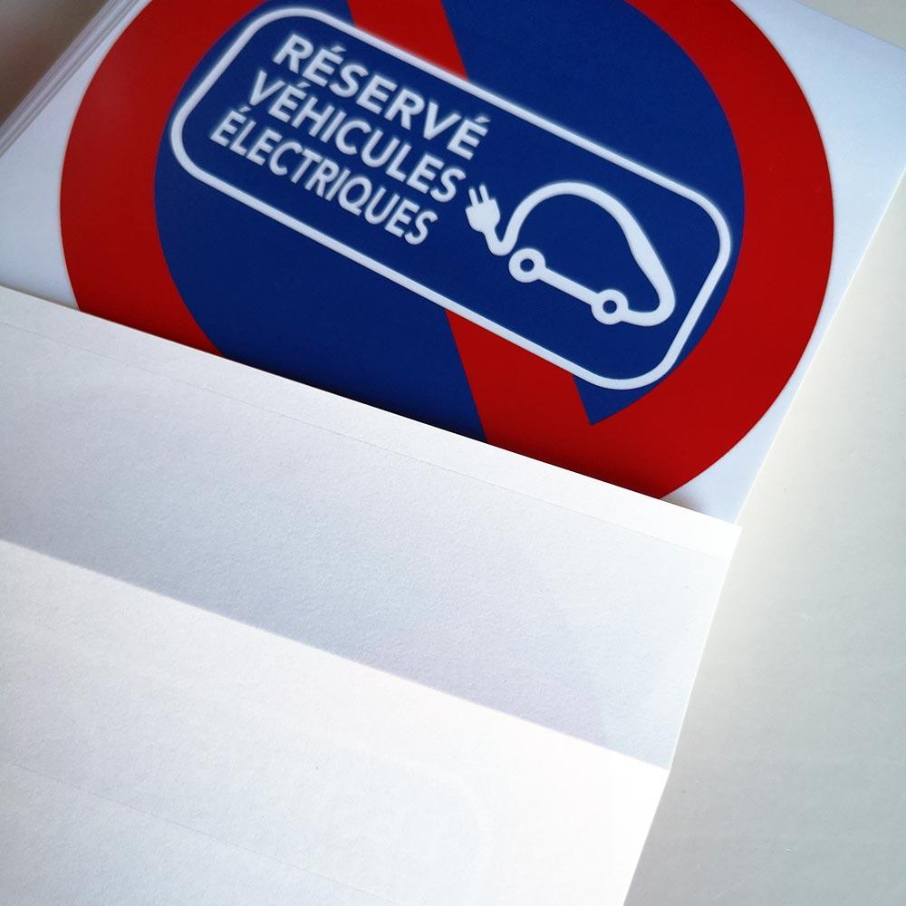 stationnement interdit sur les emplacements réservés aux véhicules électriques